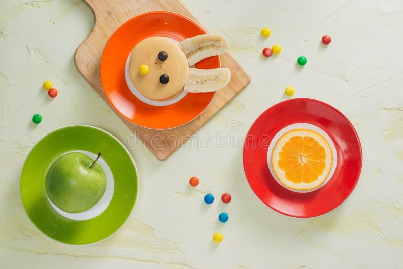 Śmieszni królików bliny z owoc dla wielkanocy żartują śniadanie fotografia stock