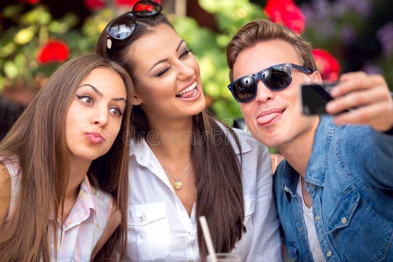 Śmieszni młodzi ludzie bierze selfie zdjęcia royalty free