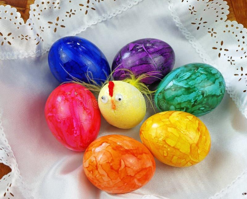 Śmieszni mali szaleni pisklęcy i malujący jajka. zdjęcia stock