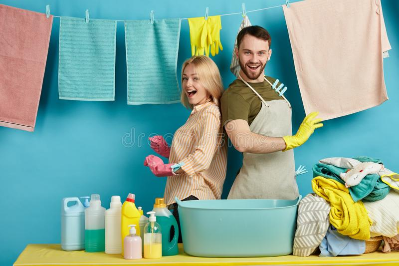Śmieszni szaleni potomstwa dobierają się tana w pralnianym pokoju zdjęcia royalty free
