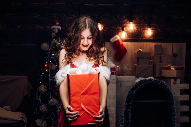 Śmieszny Śmia się Zdziwiony kobieta portret boże narodzenia szczęśliwi Świętowanie Uśmiechnięta dziewczyny zima szczęśliwa kobiet obrazy stock