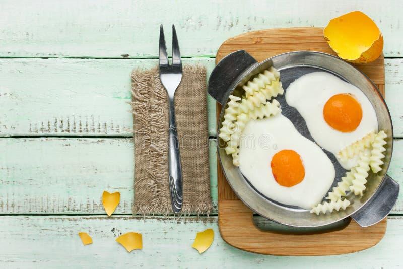 Śmieszny śniadaniowy pomysł - zwodniczo smażący francuzów dłoniaki dla i jajka obrazy stock