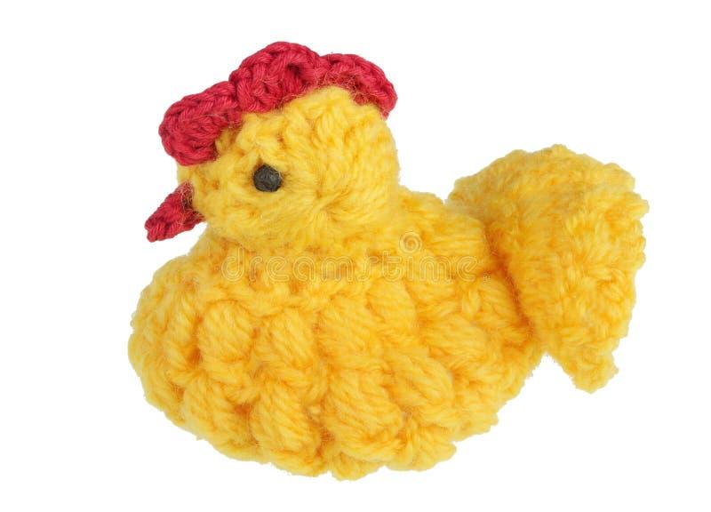 Śmieszny żółty handmade Wielkanocny kurczak zrobi nić i siedzi na jajku odizolowywającym obraz royalty free