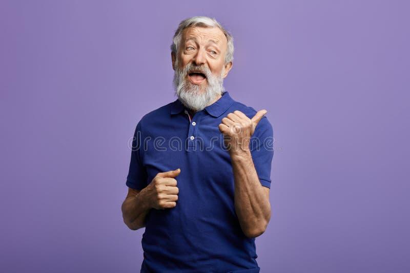 Śmieszny życzliwy miły mężczyzna thumbing strona zdjęcia stock