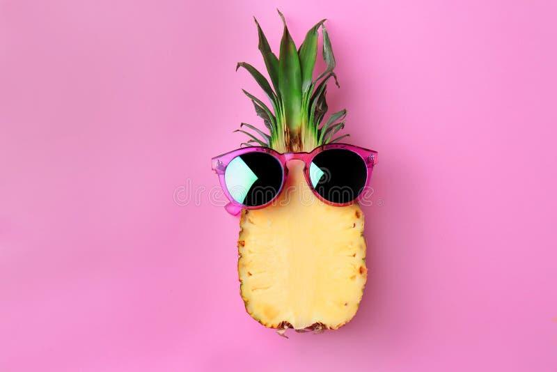 Śmieszny ananas z okularami przeciwsłonecznymi zdjęcie royalty free