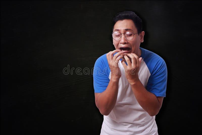Śmieszny Azjatycki mężczyzna płacz zdjęcia stock