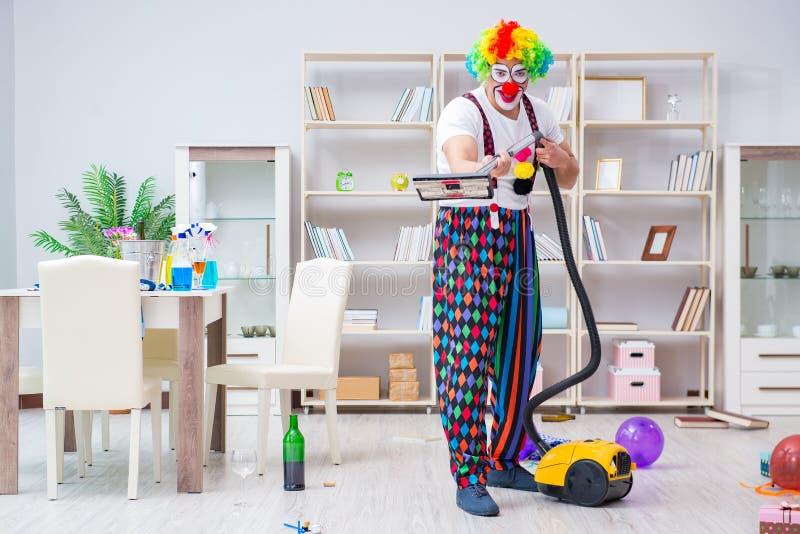 Śmieszny błazen robi czyścić w domu obrazy royalty free