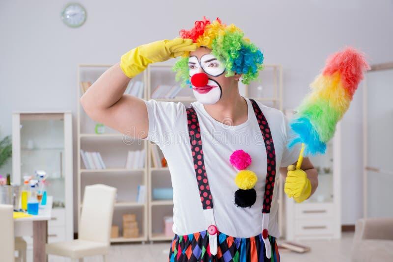 Śmieszny błazen robi czyścić w domu zdjęcie royalty free