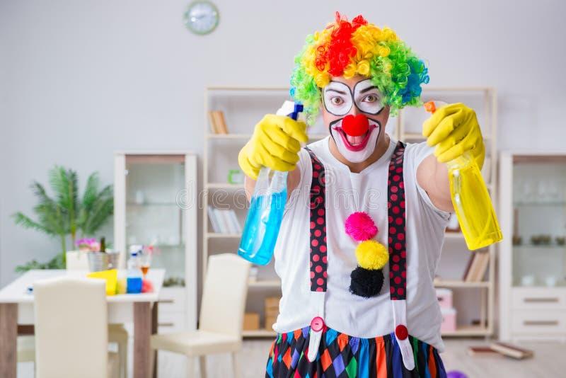 Śmieszny błazen robi czyścić w domu zdjęcia stock