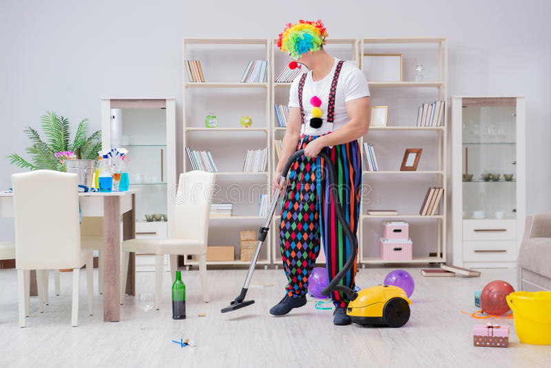 Śmieszny błazen robi czyścić w domu zdjęcia royalty free