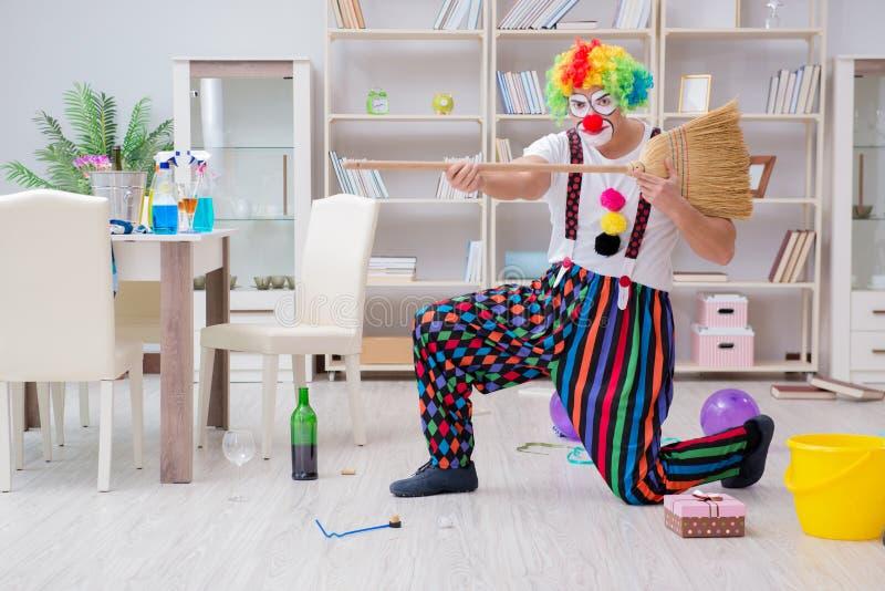 Śmieszny błazen robi czyścić w domu zdjęcie stock