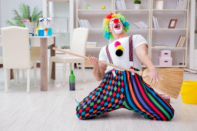 Śmieszny błazen robi czyścić w domu fotografia royalty free