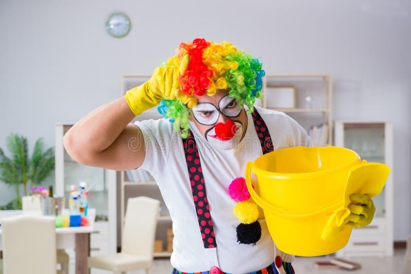 Śmieszny błazen robi czyścić w domu obraz stock