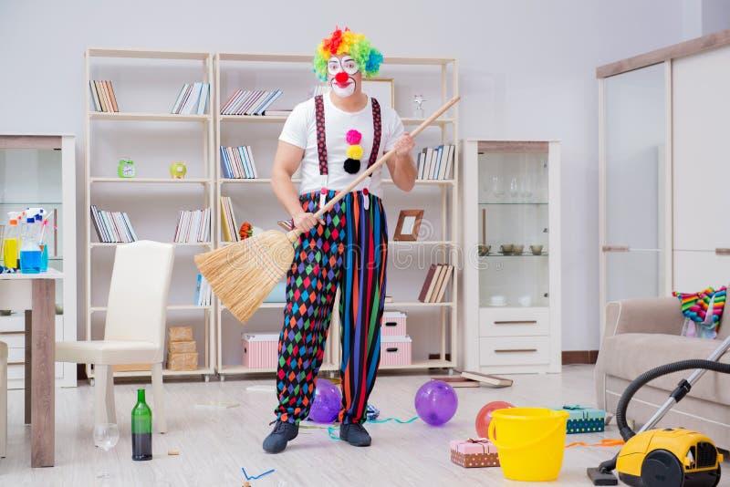 Śmieszny błazen robi czyścić w domu obraz royalty free