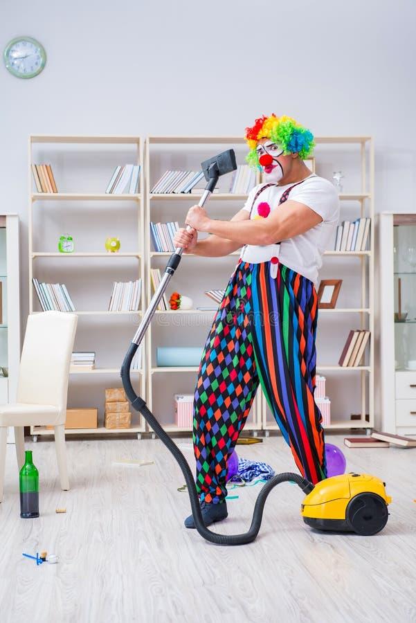 Śmieszny błazen robi czyścić w domu obrazy stock