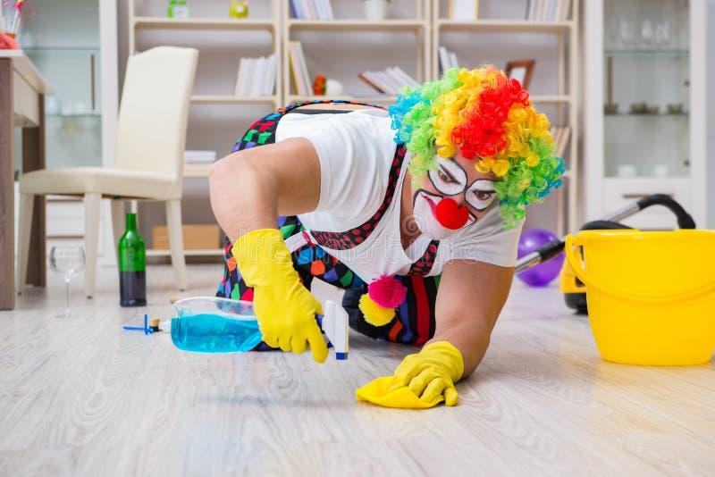 Śmieszny błazen robi czyścić w domu fotografia stock