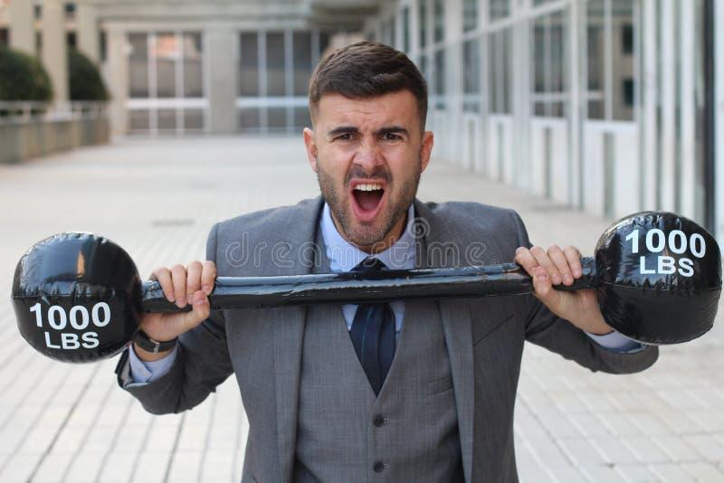 Śmieszny biznesmen podnosi ciężkich ciężary fotografia royalty free