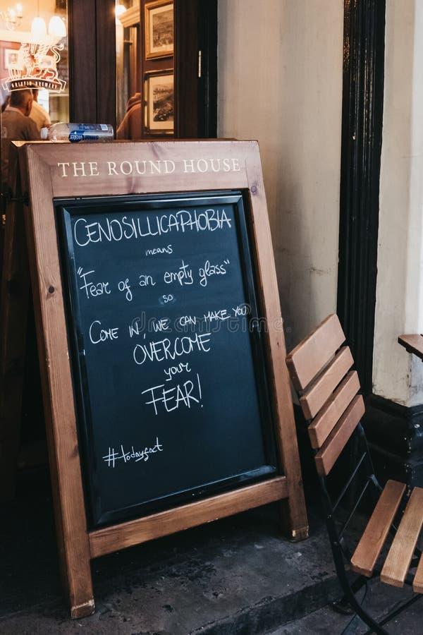 Śmieszny blackboard tekst na znaku przed pubem w Covent Garden, Londyn, UK obraz royalty free