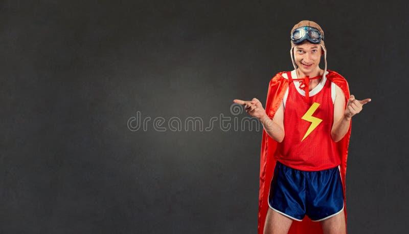 Śmieszny cienki mężczyzna w sportach odziewa kostiumy super bohater zdjęcia stock