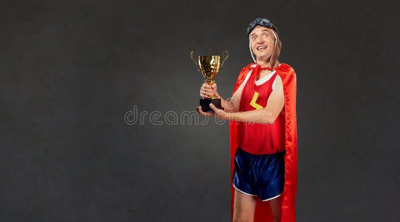 Śmieszny cienki mężczyzna w sportach odziewa kostiumy super bohater obraz royalty free
