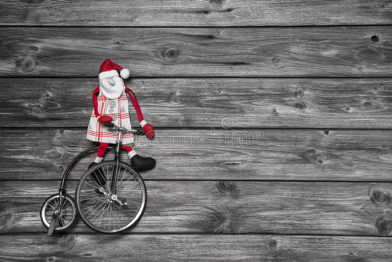 Śmieszny czerwony Santa Claus na drewnianym popielatym tle w pośpiechu dla zakupu zdjęcie royalty free