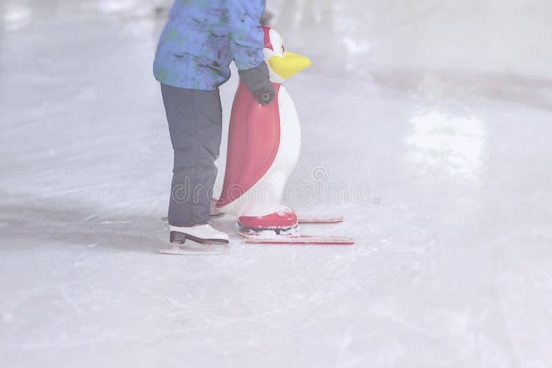 Śmieszny dzieciak outdoors w parku na łyżwiarskim lodowisku w zima parku zdjęcie stock