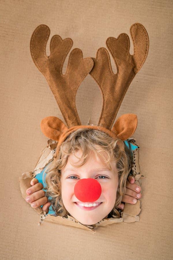 Śmieszny dzieciak patrzeje przez dziury na kartonie zdjęcie royalty free