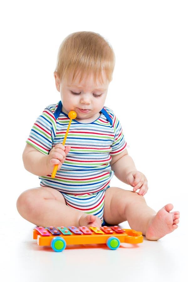 Śmieszny dziecko bawić się z musical zabawką zdjęcie royalty free
