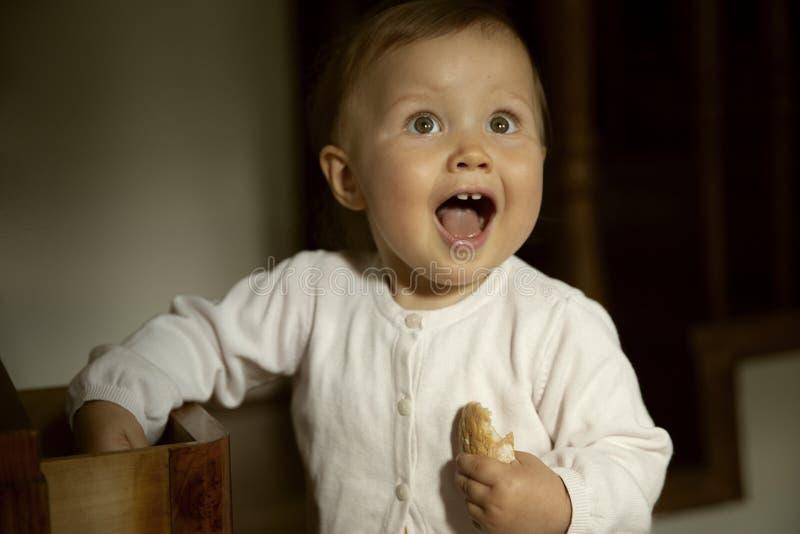 Śmieszny dziecko zaskakujący po znajdować coś fotografia royalty free