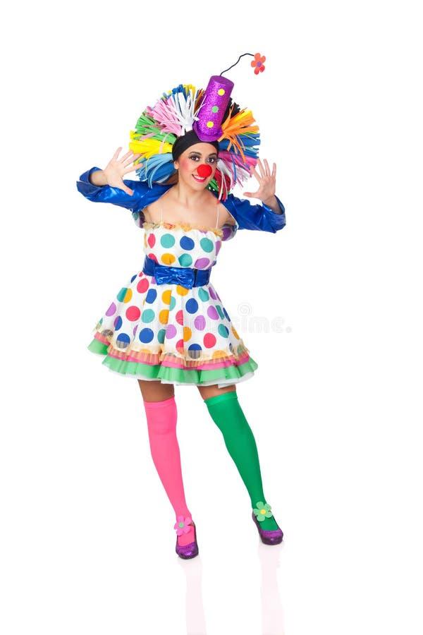 Śmieszny dziewczyna błazen z dużą kolorową peruką fotografia royalty free