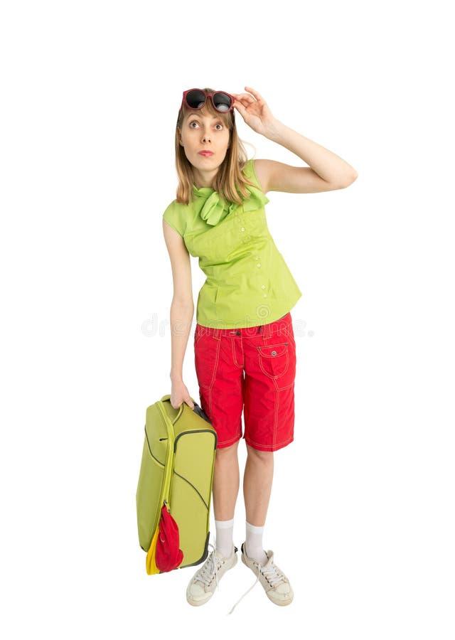 Śmieszny dziewczyna turysta z zieloną torbą w sunglass zdjęcie royalty free