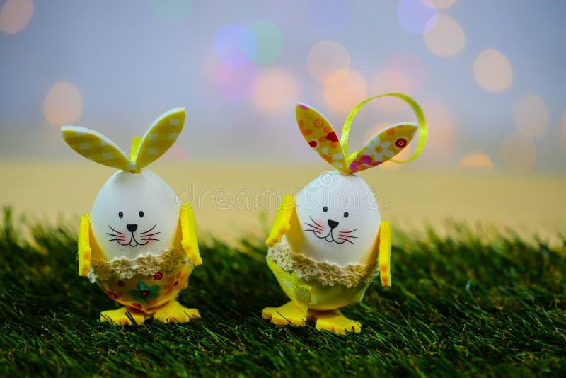 Śmieszny Easter jajko z twarzą, na meadaow fotografia stock