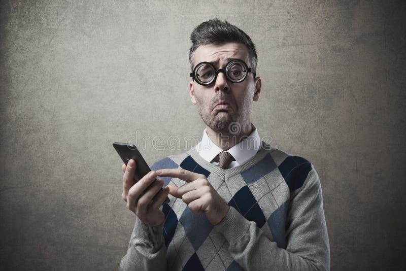 Śmieszny facet ma kłopoty z jego smartphone obraz stock
