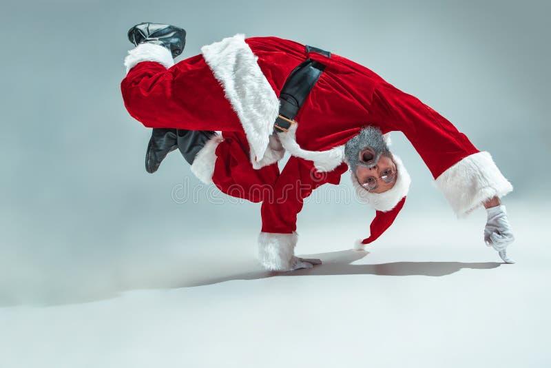 Śmieszny facet w bożych narodzeniach kapeluszowych Nowego Roku wakacje Boże Narodzenia, mas, zima, prezenta pojęcie obrazy royalty free