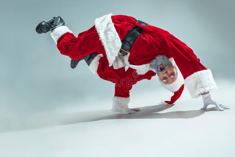 Śmieszny facet w bożych narodzeniach kapeluszowych Nowego Roku wakacje Boże Narodzenia, mas, zima, prezenta pojęcie zdjęcie stock