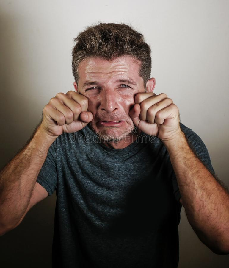 Śmieszny i komicznie portret młody smutny mężczyzna wewnątrz overact płaczu gest z rękami na oczach krzyczy wyśmiewający płacz dz obrazy stock