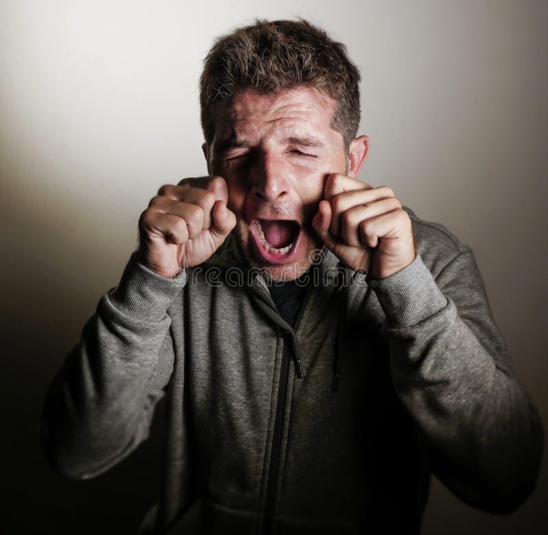 Śmieszny i komicznie portret młody smutny mężczyzna wewnątrz overact płaczu gest z rękami na oczach krzyczy wyśmiewający płacz dz obraz royalty free