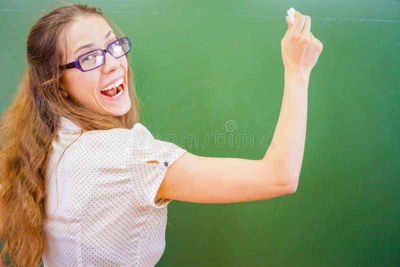 Śmieszny i szczęśliwy nauczyciel lub uczeń przy uniwersytetem lub szkołą obrazy stock