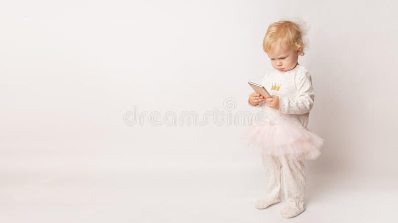 Śmieszny Kaukaski małej dziewczynki czuć gniewny jako gubił grę Szalenie żeński dziecko ma nieradego spojrzenie przez niskiej bat obrazy royalty free