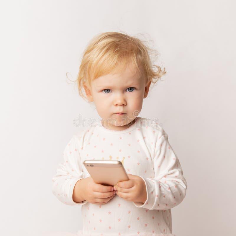 Śmieszny Kaukaski małej dziewczynki czuć gniewny jako gubił grę Szalenie żeński dziecko ma nieradego spojrzenie przez niskiej bat obraz royalty free