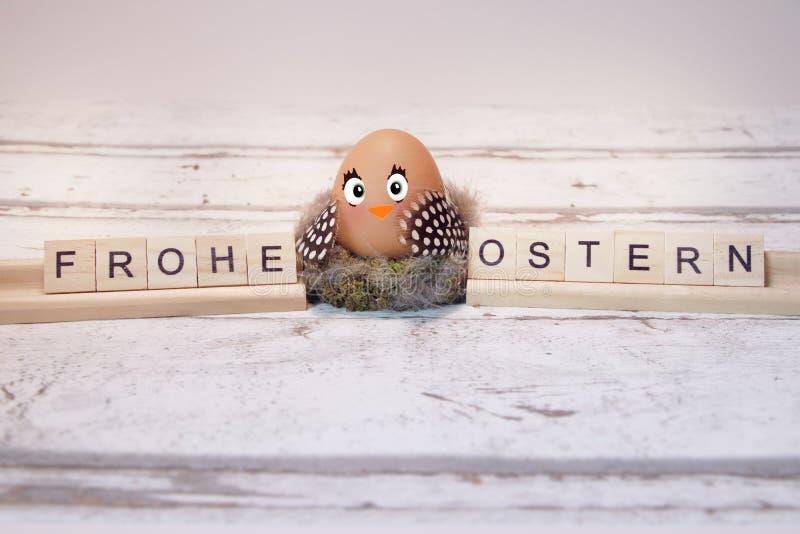 Śmieszny kurczątko z Easter jajkiem, frohe ostern obraz stock
