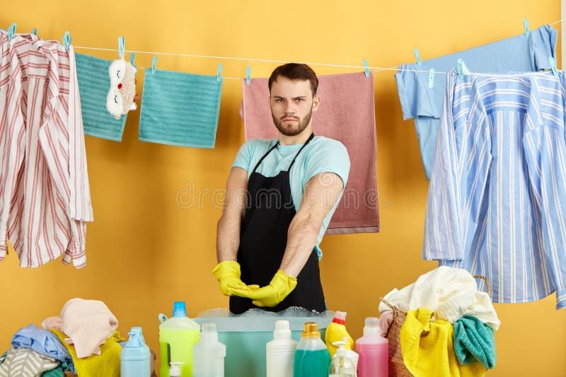 Śmieszny mężczyzna jest gotowy robić gospodarstwo domowe obowiązek domowy zdjęcia royalty free