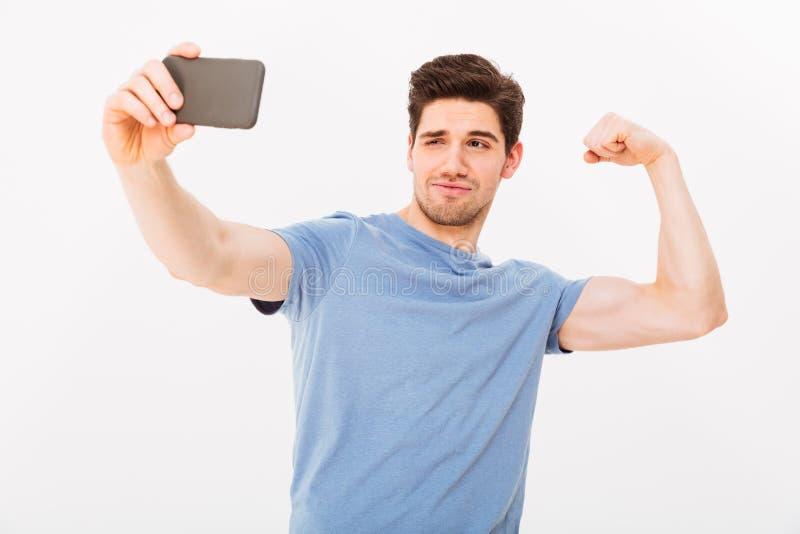 Śmieszny mężczyzna w koszulce robi selfie na smartphone obraz royalty free