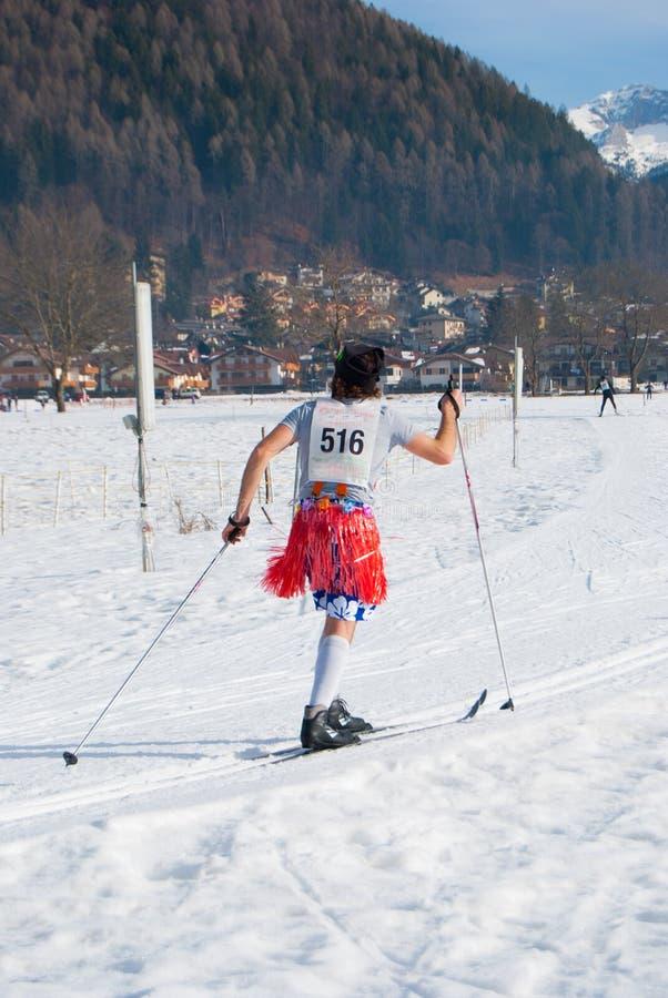 Śmieszny mężczyzna w narciarstwo rywalizacji w słonecznym dniu zdjęcia stock