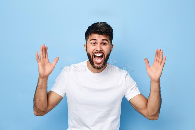 Śmieszny mężczyzna z szerokim rozpieczętowanym usta daje walce, stawia wiatr w górę zdjęcia stock