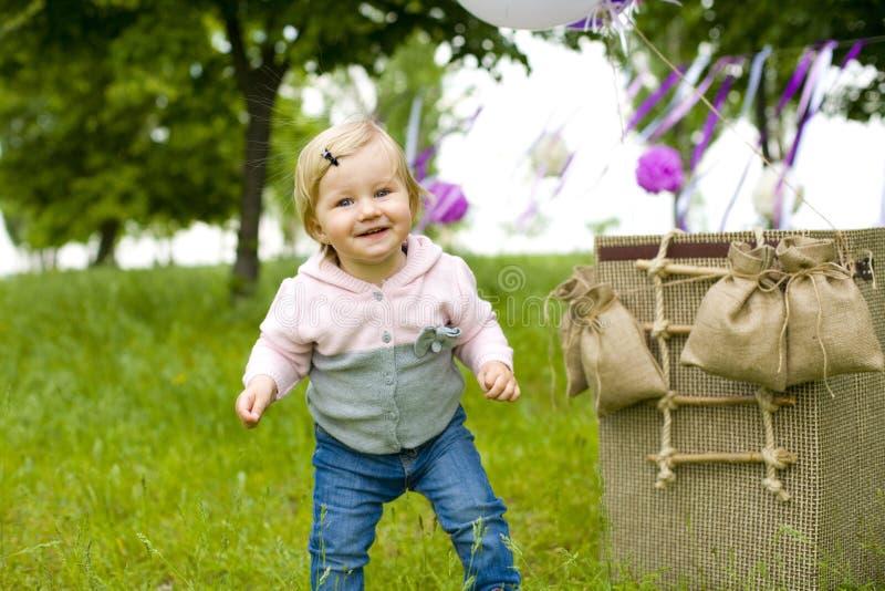 Śmieszny mała dziewczynka taniec na trawie fotografia royalty free