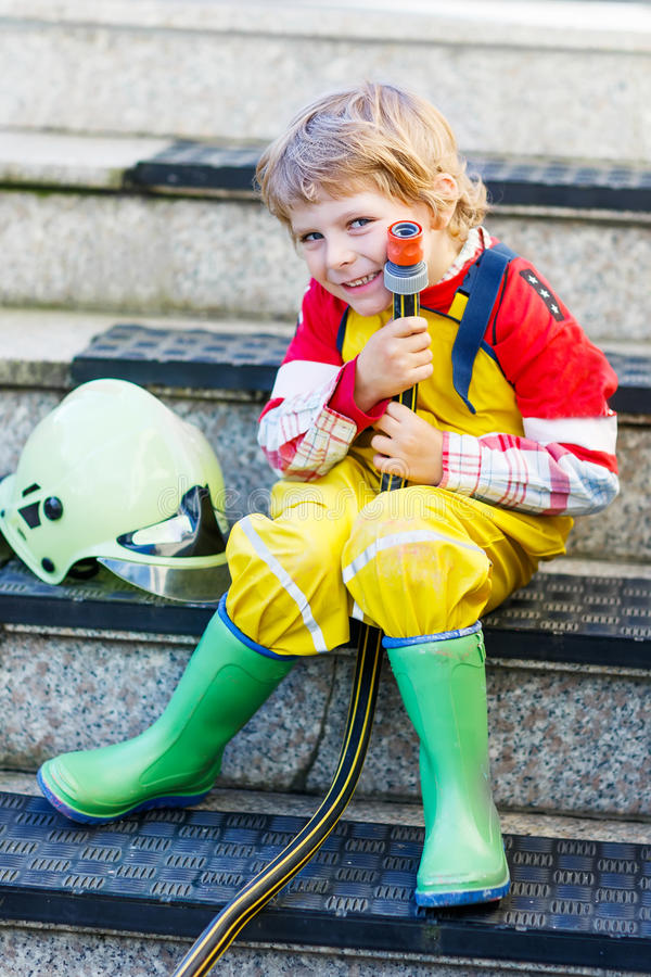 Śmieszny małe dziecko cztery roku ma zabawę jako palacz, w unifo zdjęcia stock