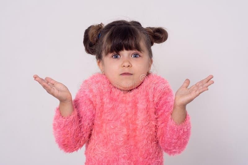 Śmieszny małe dziecko z rękami daje wyborowi wyk?adowca ja znam t zdjęcia stock