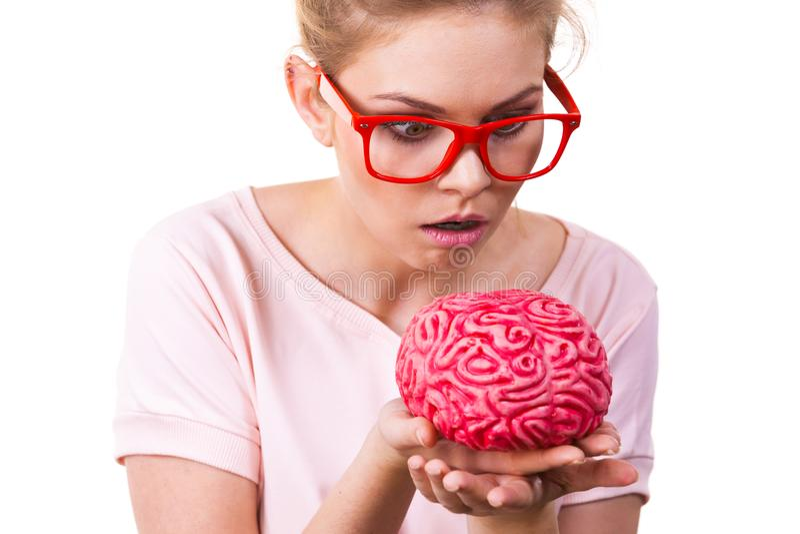 Śmieszny niemądry kobiety mienia ludzki mózg obraz royalty free