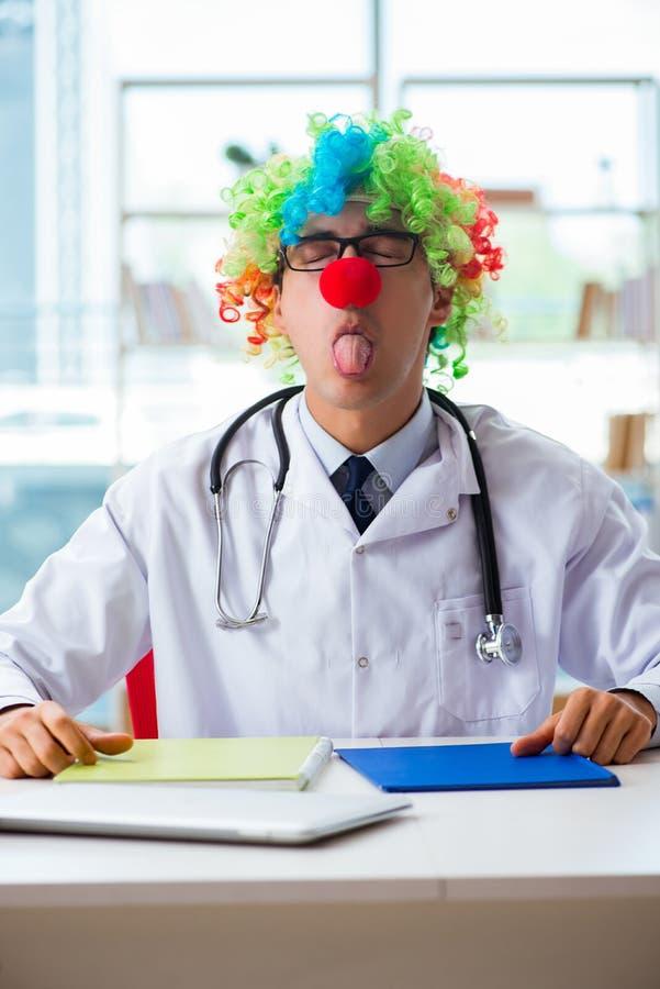Śmieszny pediatra z błazen peruką w szpitalnej klinice obraz stock